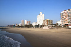 德班海滩前与排行金黄英里的旅馆 库存图片
