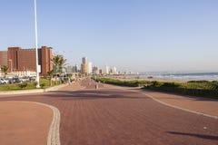 德班海滩前的散步 库存图片