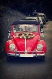巴德皮尔蒙特,德国- MAI 16 :有婚礼装饰的大众减速火箭的葡萄酒汽车 免版税图库摄影