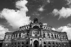 德累斯顿反对多云天空的歌剧剧院 库存照片