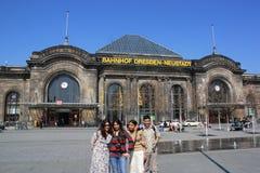 德累斯顿火车站的,德国游人 免版税库存图片