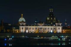 德累斯顿老镇的看法在以水为目的晚上和城市以及,教会、塔和bui的反射 库存图片