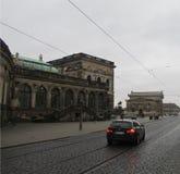 德累斯顿街道-以历史纪念碑为背景的一套现代传输基础设施 库存图片