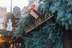 德累斯顿,德国, 2016年12月19日:面包店的屋顶的装饰在传统圣诞节市场上的在德累斯顿 库存图片