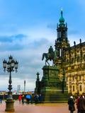 德累斯顿,德国- 2017年12月31日:对萨克森的约翰国王的纪念碑,天主教和德累斯顿城堡,德累斯顿 库存照片