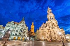 德累斯顿,德国- 2016年7月15日:沿老城市街道的游人 免版税库存图片