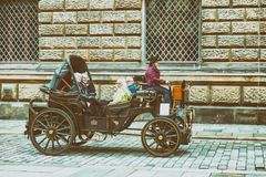 德累斯顿,德国- 2016年7月15日:游人参观城市街道 库存图片