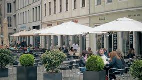 德累斯顿,德国- 2018年5月2日 街道咖啡馆和餐馆在旅游地方 免版税库存照片