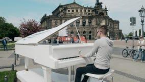 德累斯顿,德国- 2018年5月2日 钢琴演奏家在城市的中心的弹大平台钢琴 库存图片