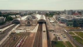 德累斯顿,德国- 2018年5月2日 Hauptbahnhof或城市中央火车站空中射击  库存照片