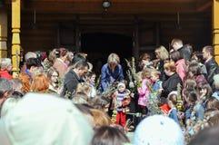 德罗霍贝奇,乌克兰- 2011年4月17日:上帝,杨柳祝福的准备服务的人们分支,复活节的前夕, 免版税库存照片
