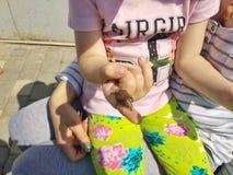 德罗霍贝奇,乌克兰- 2018年5月8日:小女孩在手边拿着一只金龟子,特写镜头 库存照片