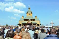 德罗霍贝奇,乌克兰- 2011年4月17日:上帝服务的,复活节,杨柳星期天,棕枝全日的前夕人们在乌克兰,移动ho 库存照片