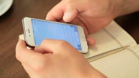 德聂伯级,乌克兰- 6月20 :人为互联网使用智能手机 影视素材
