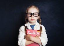 德语概念 逗人喜爱的孩子女小学生在教室 免版税图库摄影