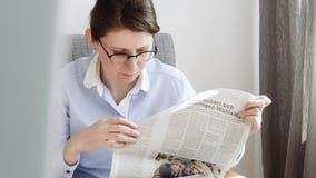 德语死tageszeitung在德国妇女读书的报纸竞选 股票视频