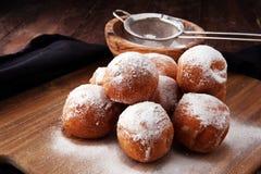 德语的油炸圈饼 柏林人或quarkbällchen用果酱和冰su 库存图片