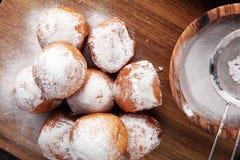 德语的油炸圈饼 柏林人或quarkbällchen用果酱和冰su 免版税库存图片