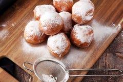 德语的油炸圈饼 柏林人或quarkbällchen用果酱和冰su 免版税图库摄影