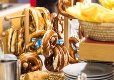 德语Brezels准备好早餐 免版税库存图片