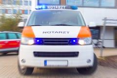 德语Notarzt,紧急医生汽车在医院站立 库存照片
