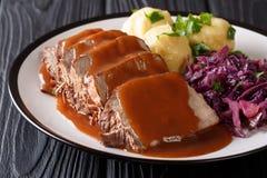 德语Sauerbraten是炖牛肉用一个辣调味汁供食与 库存照片