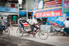 德里人力车年轻人 免版税图库摄影