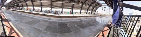 德里在一个拥挤地铁车站的地铁火车在中午时间的新德里 免版税图库摄影