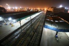 德里新的晚上火车站 免版税库存照片