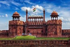 德里红堡与印地安旗子的Lal Qila 黑色公用德里印度人模式乘坐三运输tuk都市被转动的黄色 库存照片