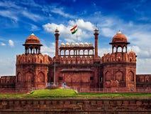 德里红堡与印地安旗子的Lal Qila 黑色公用德里印度人模式乘坐三运输tuk都市被转动的黄色 免版税图库摄影