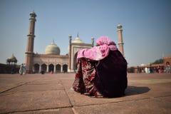 德里,印度, 2017年11月24日:一印度妇女佩带传统 库存照片