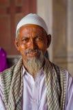 德里,印度- 2017年9月27日:一个人的画象有看在寺庙里面的白色胡须的照相机在Jama 图库摄影