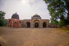 德里,印度- 2017年9月19日:两domws美丽的景色在Humayun坟茔,德里,印度的 科教文组织世界遗产站点 库存图片