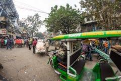 德里,印度- 2017年12月11日:人群和交通在街道在月光广场,老德里,著名旅行目的地上在印度 查家 免版税库存图片