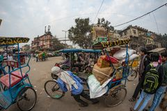 德里,印度- 2017年12月11日:人群和交通在街道在月光广场,老德里,著名旅行目的地上在印度 查家 库存图片
