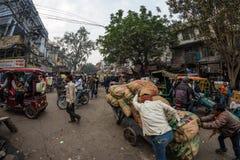 德里,印度- 2017年12月11日:人群和交通在街道在月光广场,老德里,著名旅行目的地上在印度 查家 图库摄影