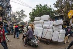 德里,印度- 2017年12月11日:人群和交通在街道在月光广场,老德里,著名旅行目的地上在印度 查家 免版税库存照片