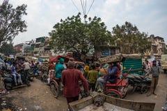 德里,印度- 2017年12月11日:人群和交通在街道在月光广场,老德里,著名旅行目的地上在印度 查家 库存照片