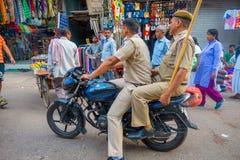 德里,印度- 2017年9月25日:关闭在一辆摩托车的未认出的警察在城市的中心 库存图片