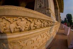 德里,印度- 2017年9月25日:关闭Inlaid大理石被雕刻的墙壁,专栏和曲拱,霍尔私有 库存图片