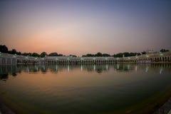 德里,印度- 2017年9月19日:在著名锡克教徒的gurdwara金黄寺庙Harmandir Sahib的美好的日落反射了  库存图片