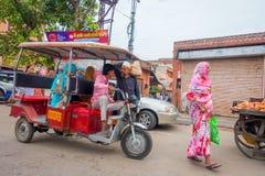德里,印度- 2017年9月19日:在街道的Autorickshaw红色, paharganj 有许多旅游逗留在这个区域 免版税库存图片