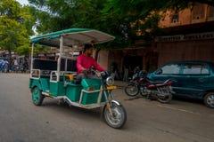 德里,印度- 2017年9月19日:在街道的Autorickshaw绿色, paharganj 有许多旅游逗留在这个区域 库存图片