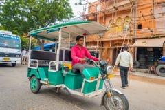 德里,印度- 2017年9月19日:在街道的Autorickshaw绿色, paharganj 有许多旅游逗留在这个区域 免版税库存图片