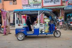 德里,印度- 2017年9月19日:在街道的Autorickshaw蓝色, paharganj 有许多旅游逗留在这个区域 库存图片