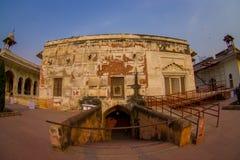 德里,印度- 2017年9月25日:在被镶嵌的大理石的地下门,专栏和曲拱,私有观众的霍尔或 库存图片