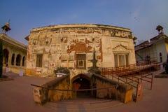 德里,印度- 2017年9月25日:在被镶嵌的大理石的地下门,专栏和曲拱,私有观众的霍尔或 免版税库存照片