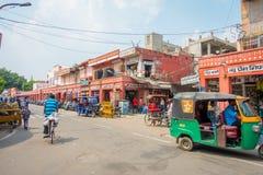 德里,印度- 2017年9月19日:在paharganj街道的Autorickshaw绿色,那里是许多停留的游人  库存图片