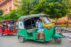 德里,印度- 2017年9月19日:在paharganj街道的Autorickshaw绿色,那里是许多停留的游人  免版税库存照片